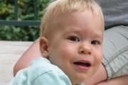 Младежи помагат на 2-годишния Филип