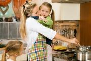 Жените - 2,8 часа на ден за домакински работи, мъжете - 1,7 часа