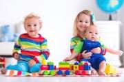 Малките деца общуват чрез играта