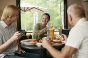 За по-малко калории обядвайте с... мъже, може и повече