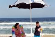 Плажните чадъри не предпазват напълно от слънцето