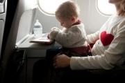 Бебе в самолета: столче и компактна количка са препоръчителни